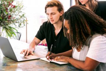 Avantajele apelării la o agenţie de marketing online de către companiile aflate în plin proces de dezvoltare